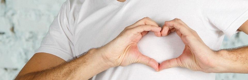 voluntario con gesto de corazón
