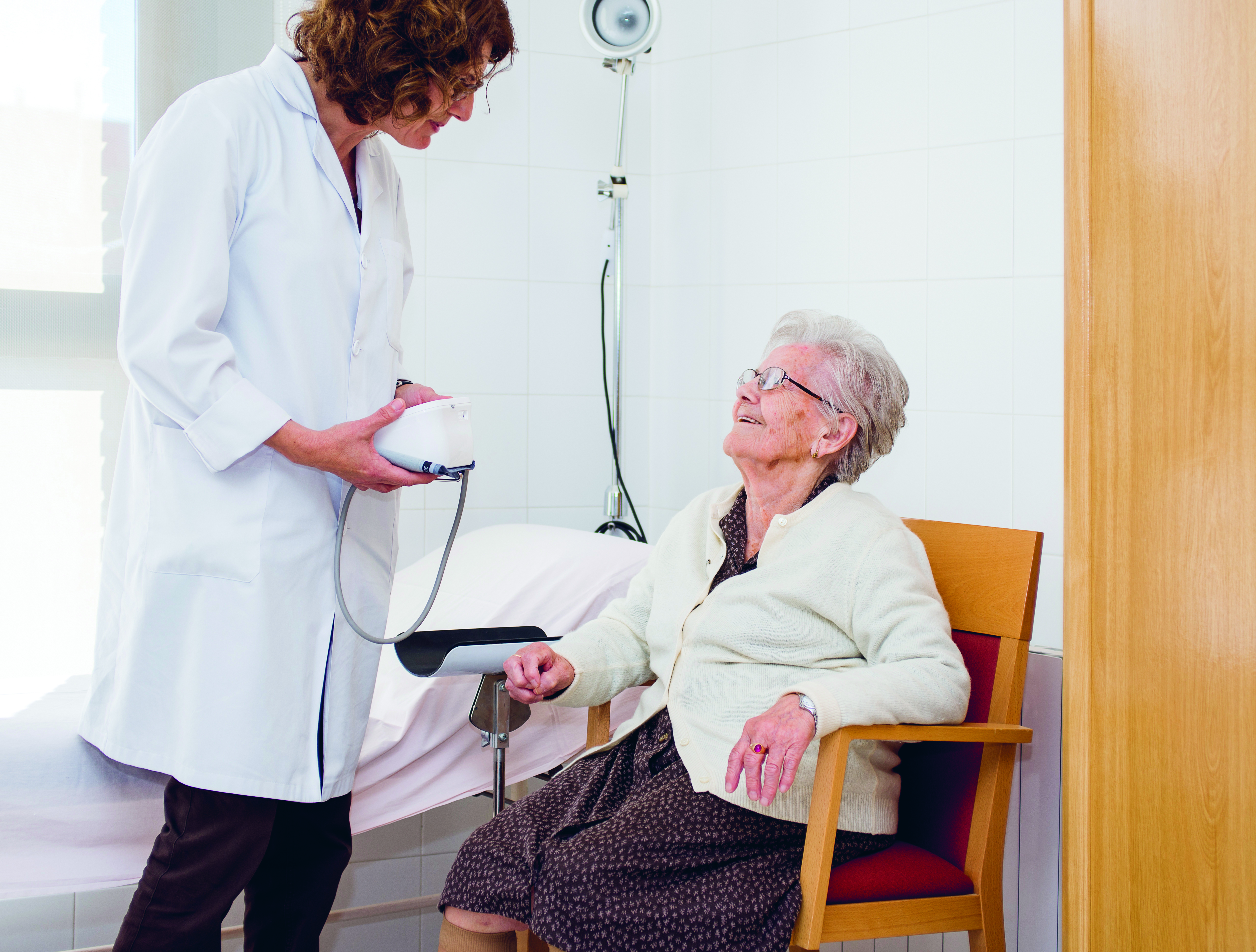 atención médica - Servicios que favorecen la permanencia en casa: Servicio de ayuda a domicilio y acompañamientos sociosanitarios