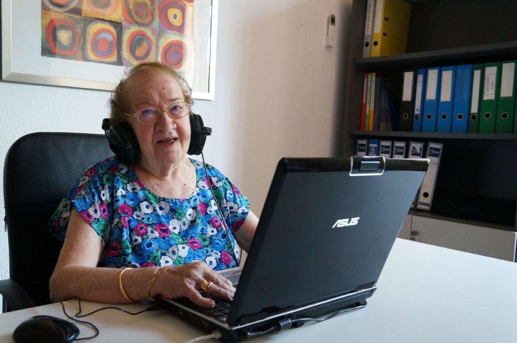 voluntariado erasmus1 1024x680 - Ancianos de LARES CV ayudan a jóvenes ERASMUS a través de skype